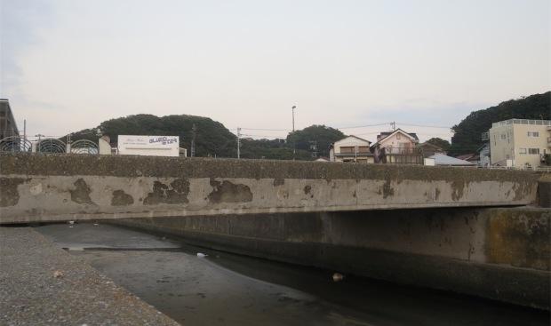 08.12 鎌倉-海街-材木座 豆腐川の橋 a (1)